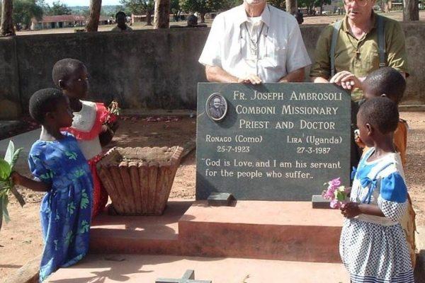 foto padre edigio con serafino sulla tomba di padre giuseppe